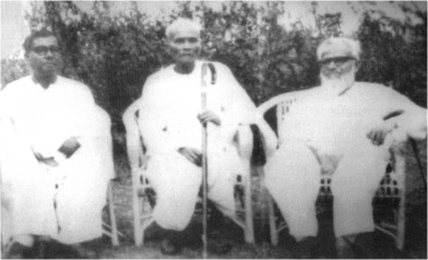 Koabiyal Romesh Shil (centre), with Polli Kabi Jasim Uddin (left) and poet Abul Fazal